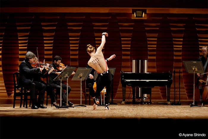 O bailarino que controla um piano com a dança.